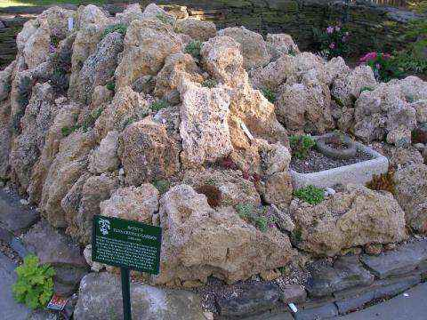 skalniak ogrodowy ze sztucznych skał wykonanych z hypertufy