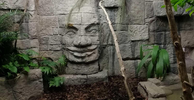 sztuczna skała i wykonana z niej płaskorzeźba głowy Buddy