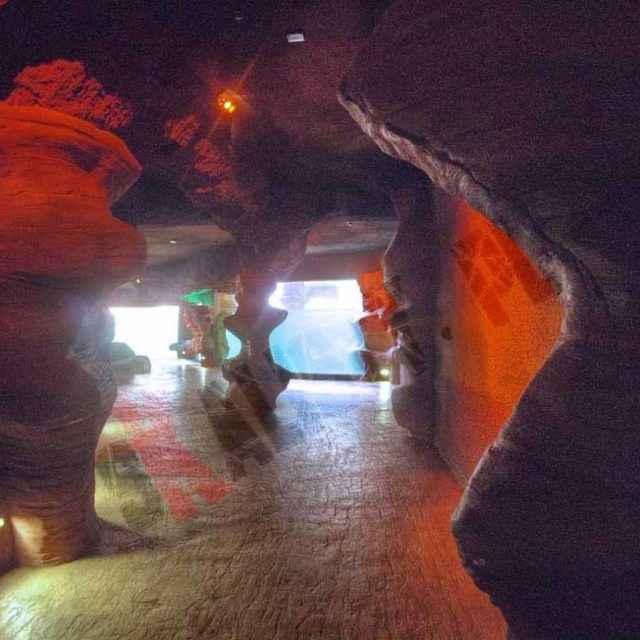 Grota ze sztucznej skały imitująca piaskowiec