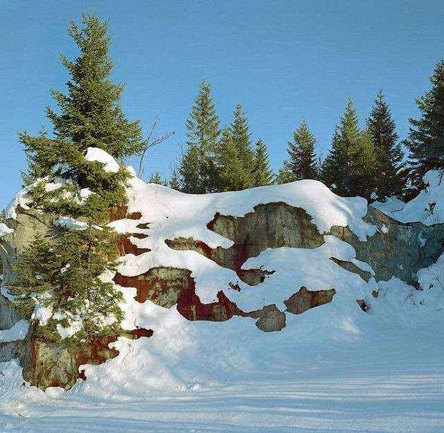 dobudowane skalne zbocze góry