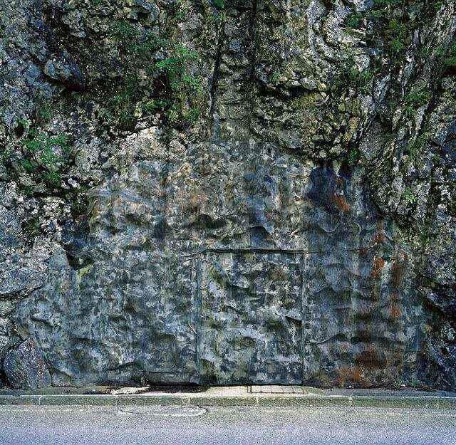 Wejście do bunkra zamaskowane sztucznymi skałami