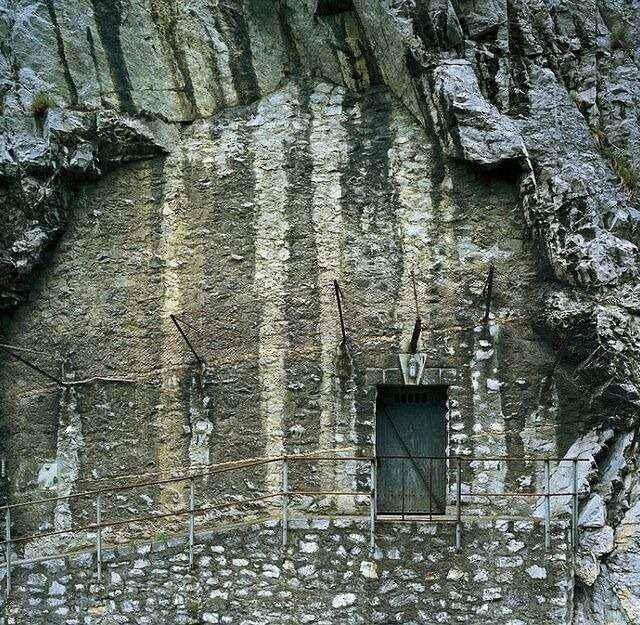 imitacja kamienia maskujące wejście do bunkra