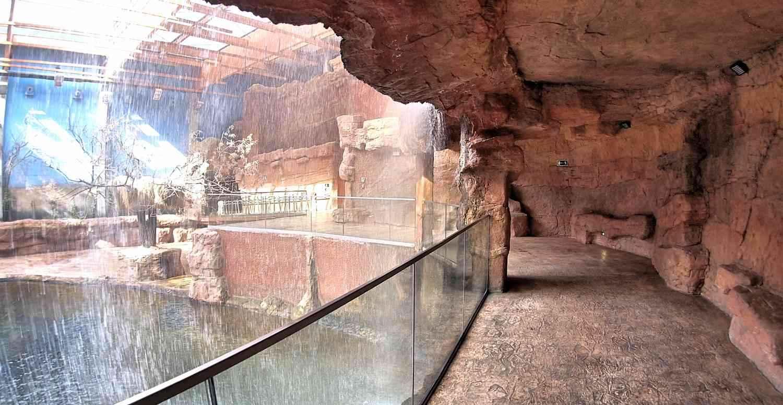 Sztuczny wodospad kaskada ze sztucznego piaskowca