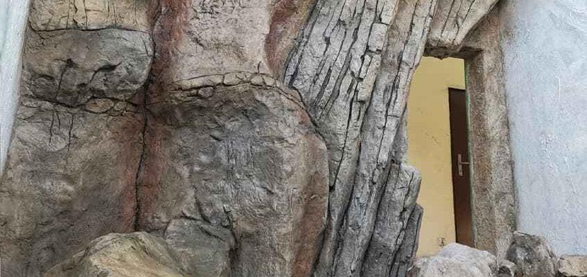 budowa woliery z imitacji kamienia na ścianę