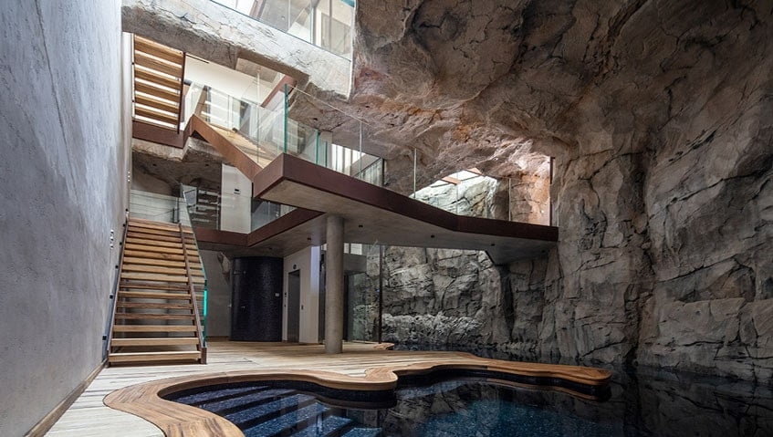 sztuczna skała przy basenach